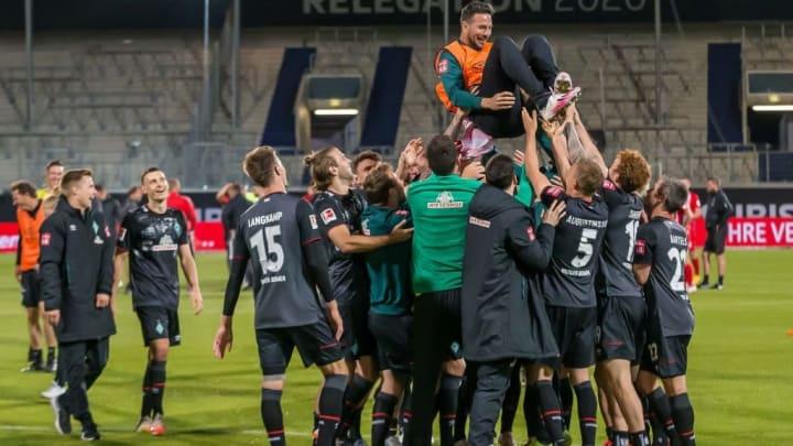 Claudio Pizarro wird nach dem Spiel in Heidenheim von seinen Teamkollegen gefeiert