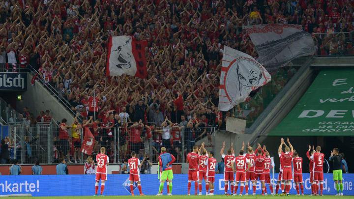 Jubel Spieler und Fans Berlin nach Spielende