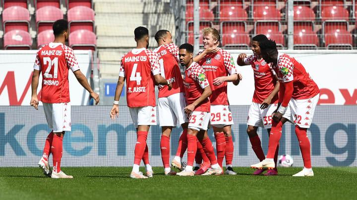 Die Mainzer bejubeln im Spiel gegen Bayern ein Tor von Jonathan Burkhardt.