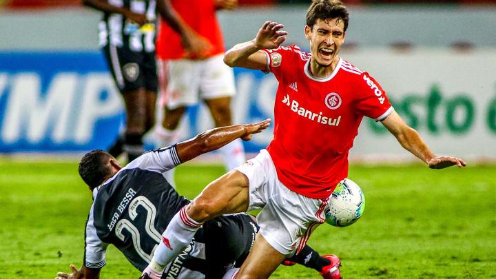 Rodrigo Dourado estava em aglomeração de amigos