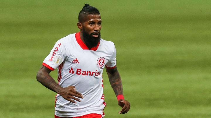 Rodinei falha em gol e � expulso contra o Flamengo; Torcida do Inter reage nas redes