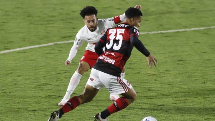 Jogador do Flamengo tenta 'recrutar' Claudinho e leva torcida rubro-negra à loucura; entenda