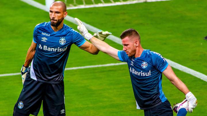 Paulo Victor e Vanderson testaram positivo para Covid-19, mas estavam juntos à delegação do Grêmio no Equador. Os atletas irão voltar hoje ao Brasil.