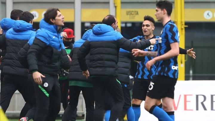 Lautaro corre in panchina per festeggiare un gol nel derby