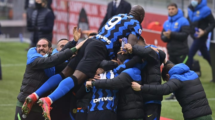 L'Inter festeggia il 2-0 di Lautaro nel derby