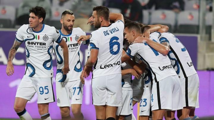 L'abbraccio dell'Inter dopo un gol di Dzeko