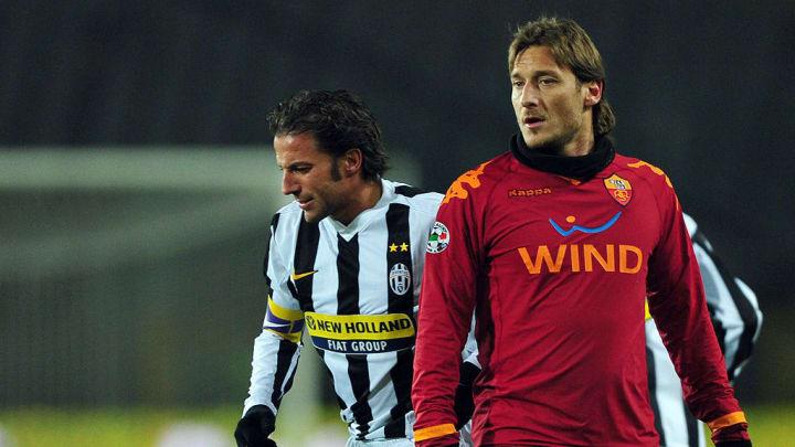AS Roma's forward Francesco Totti (R) lo