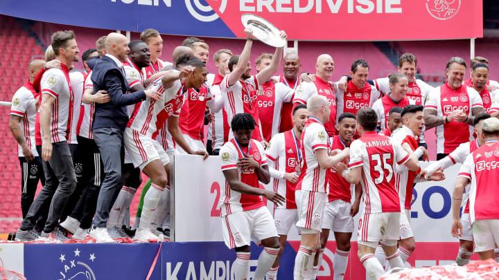 Meistersterne für die Fans: Ajax Amsterdam lässt seine Schale einschmelzen