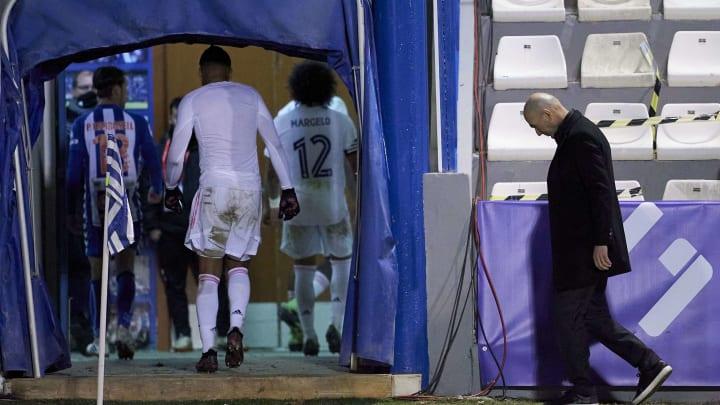 Zinedine Zidane rientra negli spogliatoi: sconfitta amara per lui