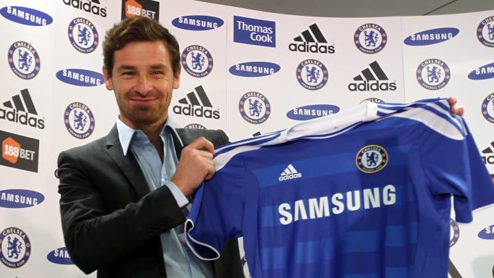 Andre Villas-Boas posant avec le maillot domicile de Chelsea.
