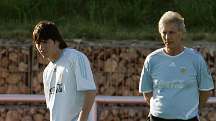 Argentinean coach Jose Pekerman (R) look