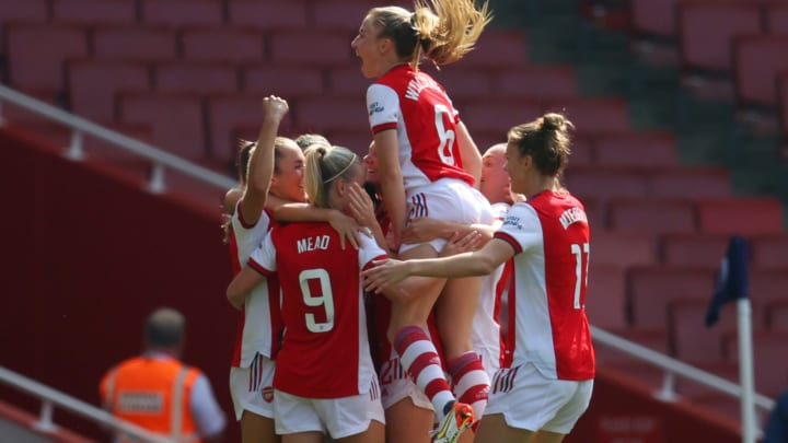 Arsenal celebrate Beth Mead's first goal
