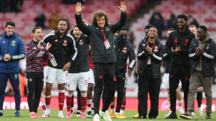 À disposição do mercado após deixar o Arsenal, David Luiz é ventilado no Flamengo. Mãe do zagueiro esquenta rumores com publicação em rede social.