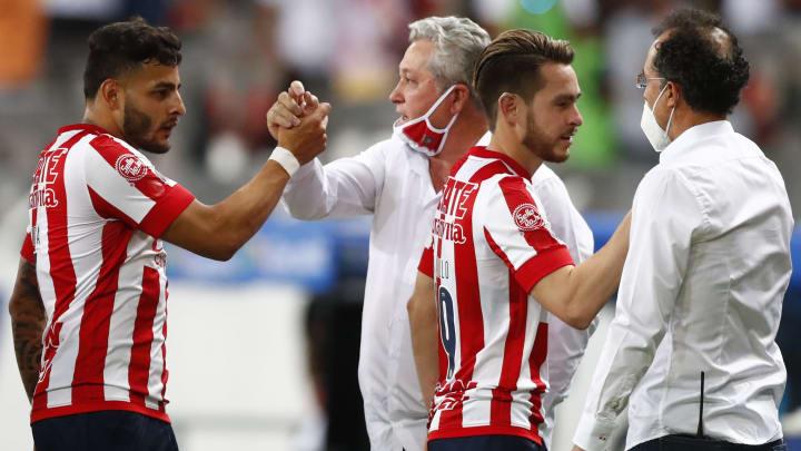 Alexis Vega y Ricardo Angulo estrechan la mano con Víctor Manuel Vucetich y Carlos Barra.