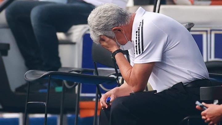El técnico de Tigres, Ricardo Ferretti, se lamenta tras la anotación de Atlas en el repechaje.