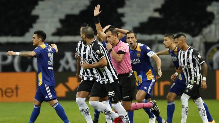 Atletico Mineiro v Boca Juniors - Copa CONMEBOL Libertadores 2021 - Ostojich ya anuló el gol válido a Boca e Izquierdoz se queja.