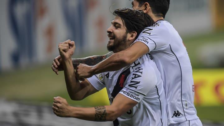 O São Paulo precisou costurar a contratação de Benítez em duas frentes: Vasco e Independiente. Com tudo formalizado, o meia será anunciado em breve.