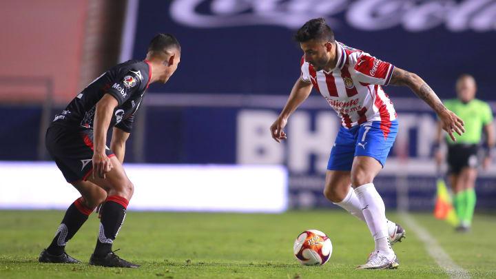 Alexis Vega ante la marca de un jugador del Atlético de San Luis.