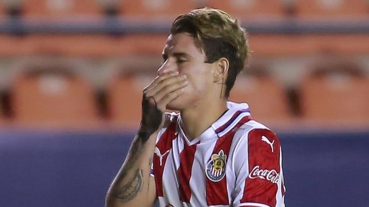 Chicote Calderón es trasladado a un hospital tras fuerte golpe en la cabeza durante el entrenamiento