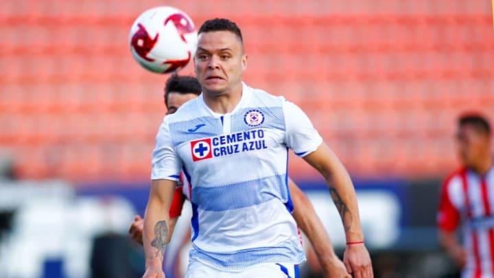 Jonathan Rodríguez, de Cruz Azul, disputa una pelota