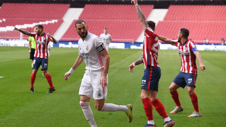 Benzema y jugadores del Atlético de Madrid