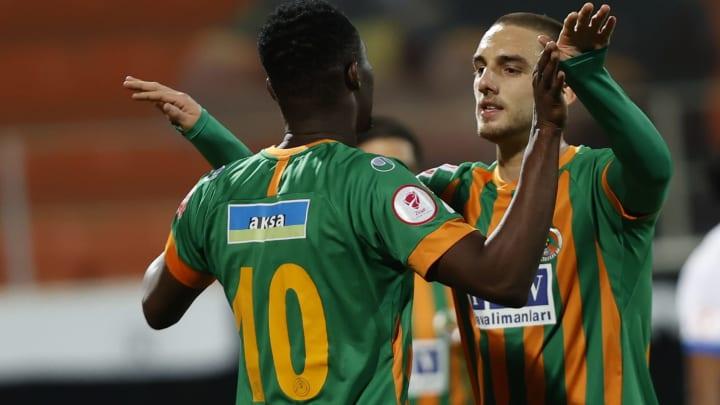 Berkan Kutlu, Khouma Babacar ile gol sevincini paylaşıyor.