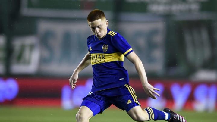 Banfield v Boca Juniors - Torneo Liga Profesional 2021 - Valentín Barco ejecuta el balón.