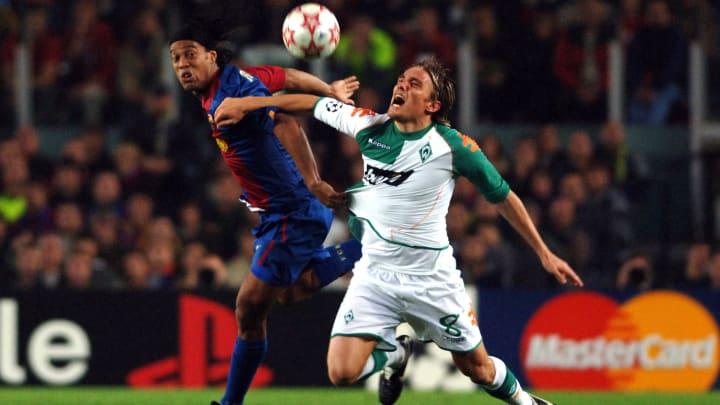 Clemens Fritz (r.) im Duell mit Weltstar Ronaldinho vom FC Barcelona