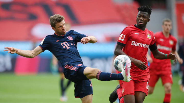Thomas Müller (left) on the ball for FC Bayern München.