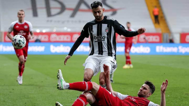 Ervin Zukanovic, Rachid Ghezzal'a müdahale ediyor.