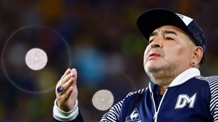 Diego Maradona entraîne maintenant le club de Gimnasia La Plata.