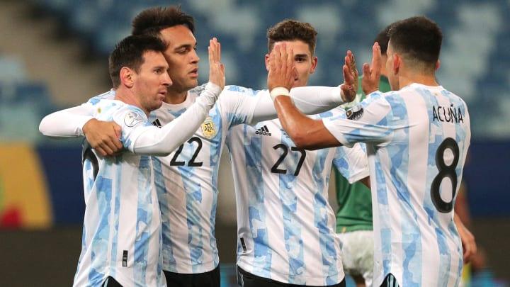 Argentinien bejubelt einen Treffer gegen Bolivien.