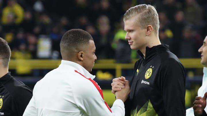 Kylian Mbappé et Erling Haaland se saluent avant un match de Ligue des champions.