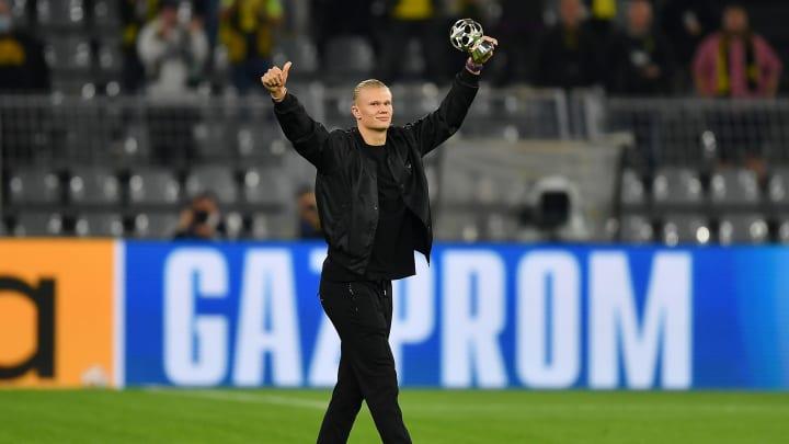 Erling Haaland bedankt sich in Straßenklamotten bei den Fans im Stadion