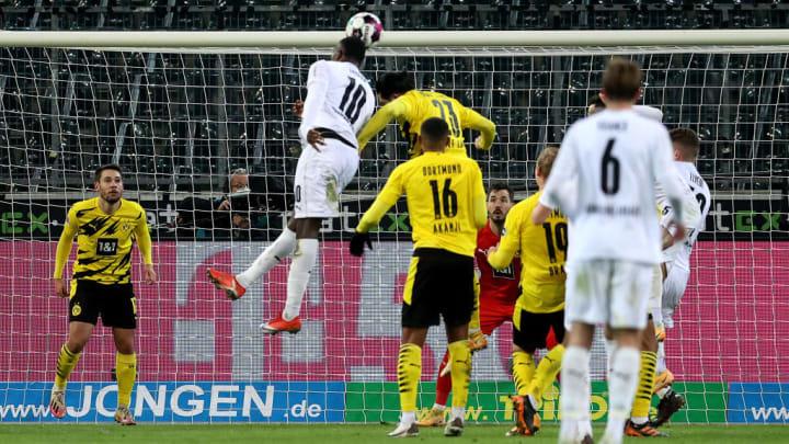 Aus und vorbei: Nach einem Eckball erzielt Marcus Thuram das 4:2 gegen den BVB
