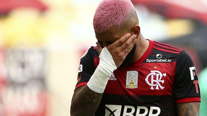 Principal nome do Flamengo, Gabigol é flagrado pela polícia em evento com mais de 200 pessoas na Zona Sul de São Paulo e deixa local na viatura.