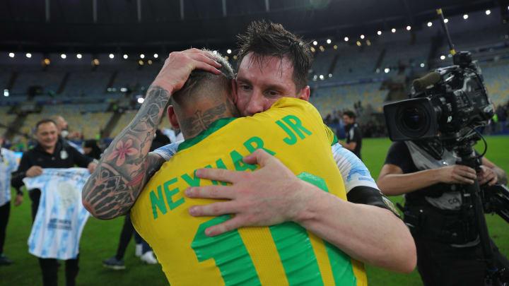 Renovando com o Barcelona, Messi apareceu em foto com Neymar e esquadrão do Paris Saint-Germain.