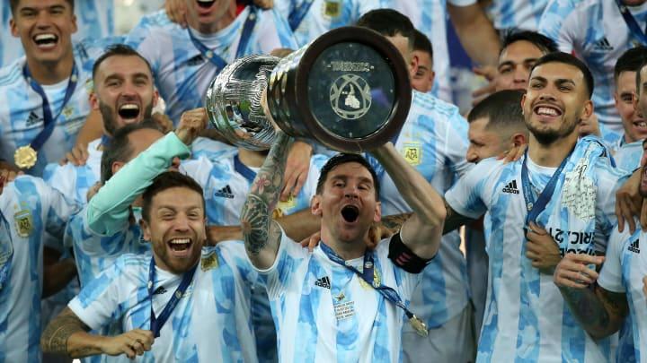 Leo Messi levantando la copa América