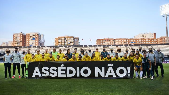 Jogadoras protestaram antes da bola rolar no amistoso entre Brasil e Rússia.