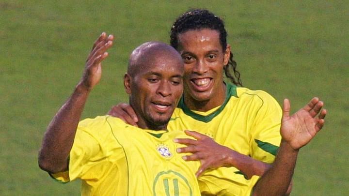 Brazilian Ze Roberto (L) celebrates his