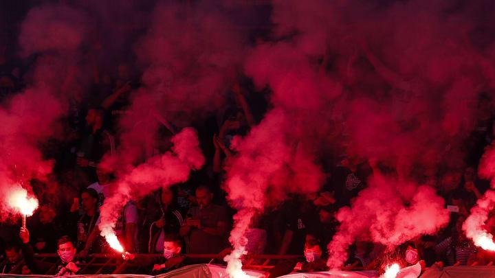 Supporters allumant des fumigènes