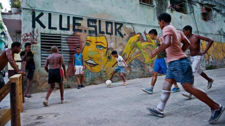 Günümüzde sokak ortasında top oynayan çocukları görebilmek neredeyse imkansız hale geldi.