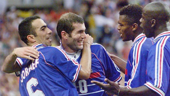 Youri Djorkaeff passeur décisif sur le deuxième but de Zinedine Zidane face au Brésil