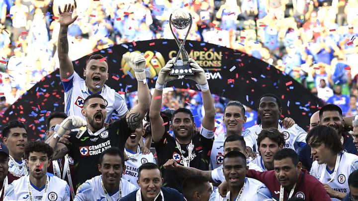Cruz Azul levantó el Campeón de Campeones de la temporada 2020-2021 al superar 2-1 a León.