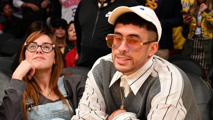 Bad Bunny junto a su novia Gabriela Berlingeri en el Staples Center de Los Angeles durante el partido de los Lakers vs 76ers