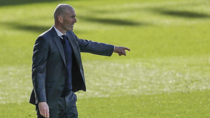 O Real Madrid planeja esgotar todas suas possibilidades para manter Zidane no comando do clube, embora avalie outras opções.