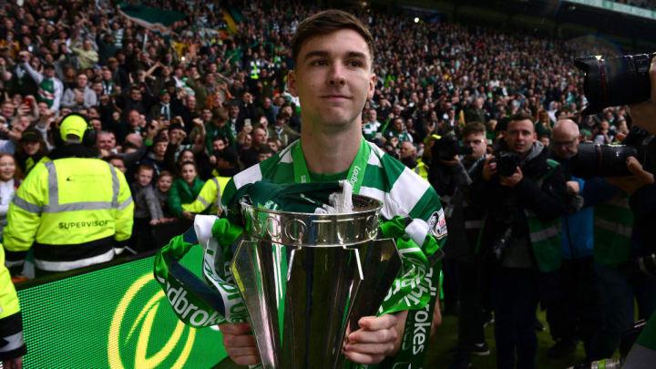 Kieran Tierney soulevant la Scottish Cup.