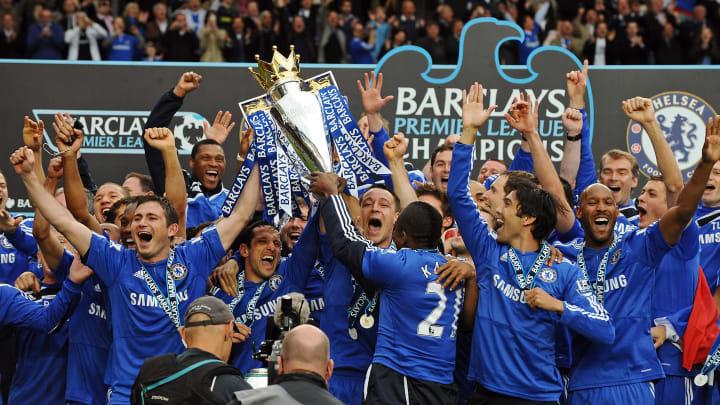 Para pemain Chelsea merayakan dengan Barcl