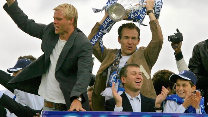 Chelsea striker Arjen Robben (R) holds t