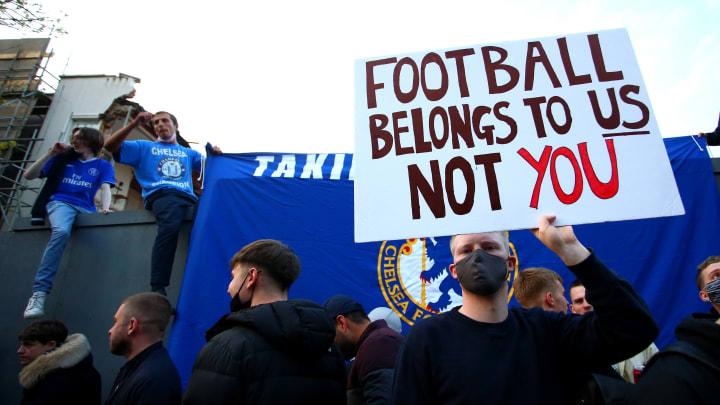 Torcedores do Chelsea protestam contra a Superliga Europeia